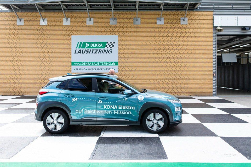 Hyundai Kona Electric近期在Lausitzring賽道上進行...