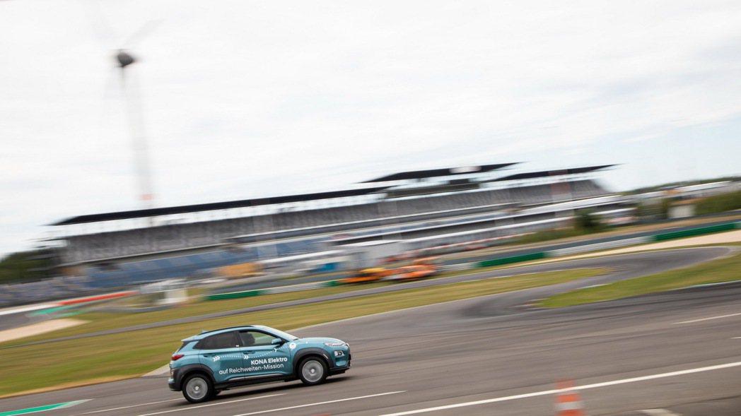 三輛Hyundai Kona Electric進行了三天共將近35小時的續航力測...