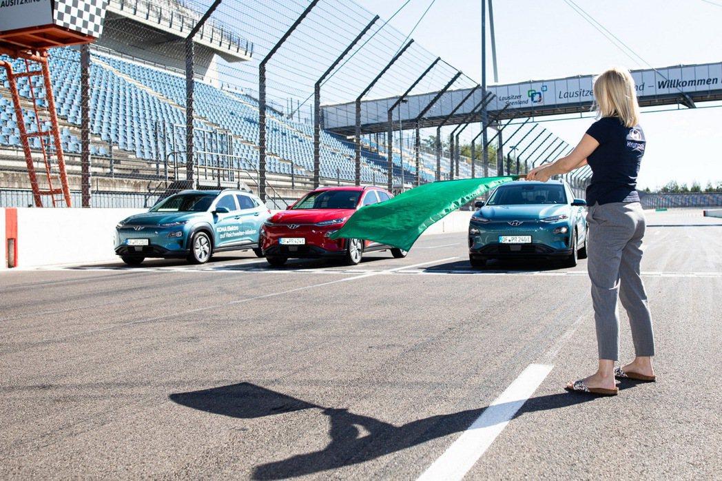 三台Hyundai Kona Electric皆是配置64kWh鋰電池組的車型,...