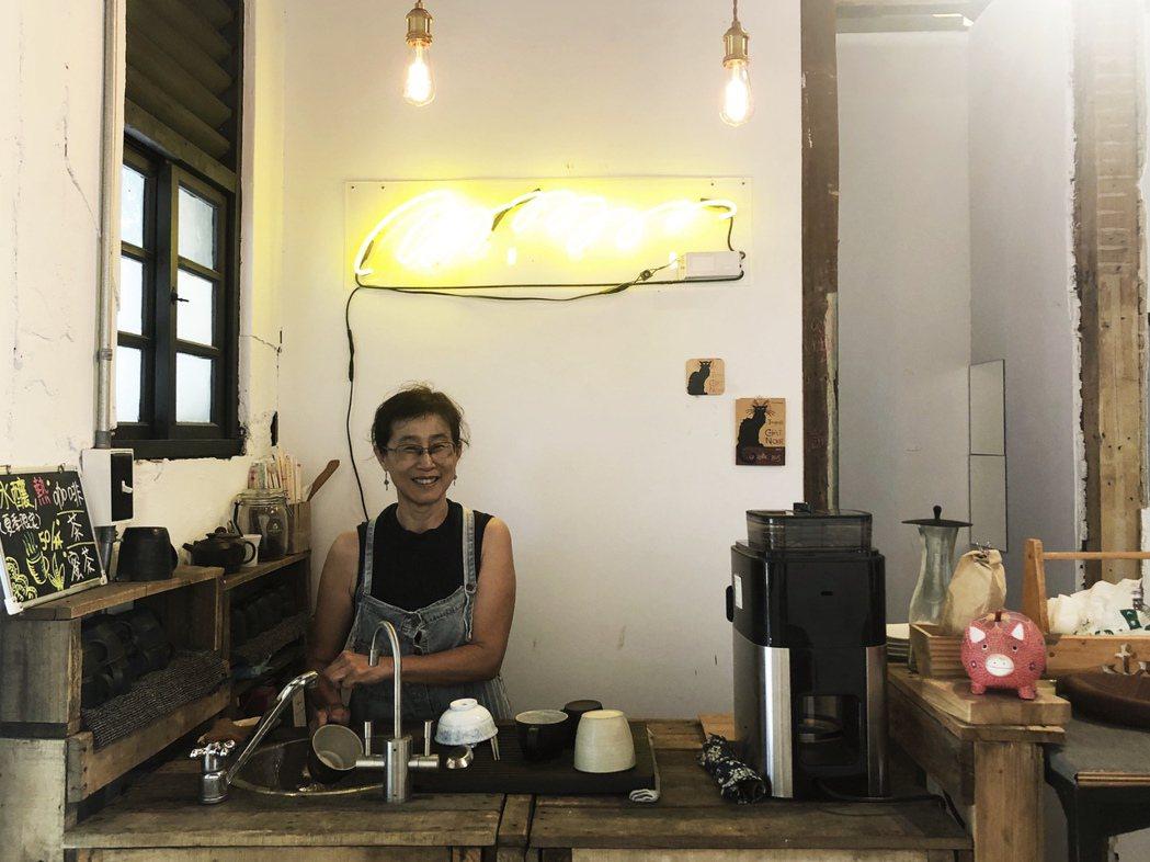 走進門時,經營者胡魏茹胡姊正在角落小吧台處理飲品。 圖/林凱洛拍攝