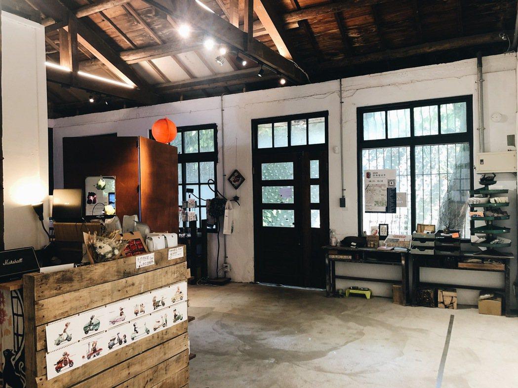 ½ Room是二連棟的磚造老屋,經營者胡魏茹花上半年自費整修後,2019年正式啟...