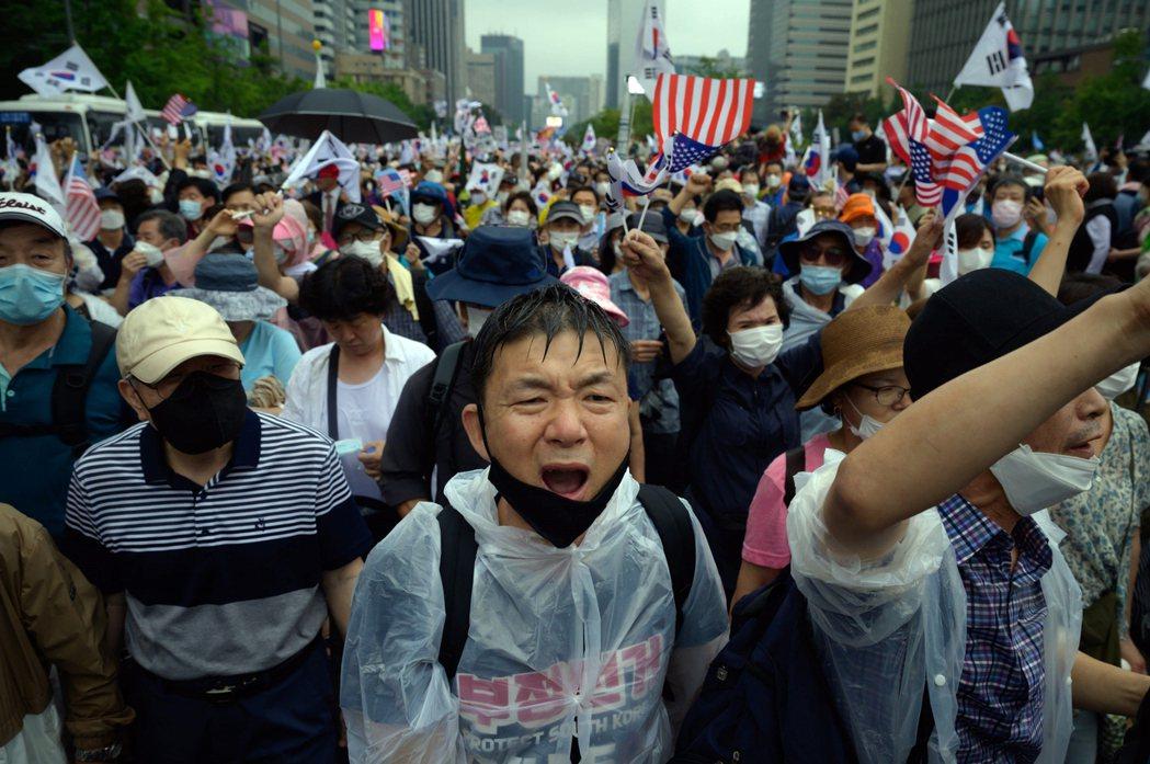 短短6天下來,南韓新增確診數,已突破千人,並自首都圈不斷往各地擴散,隨著確診數每...