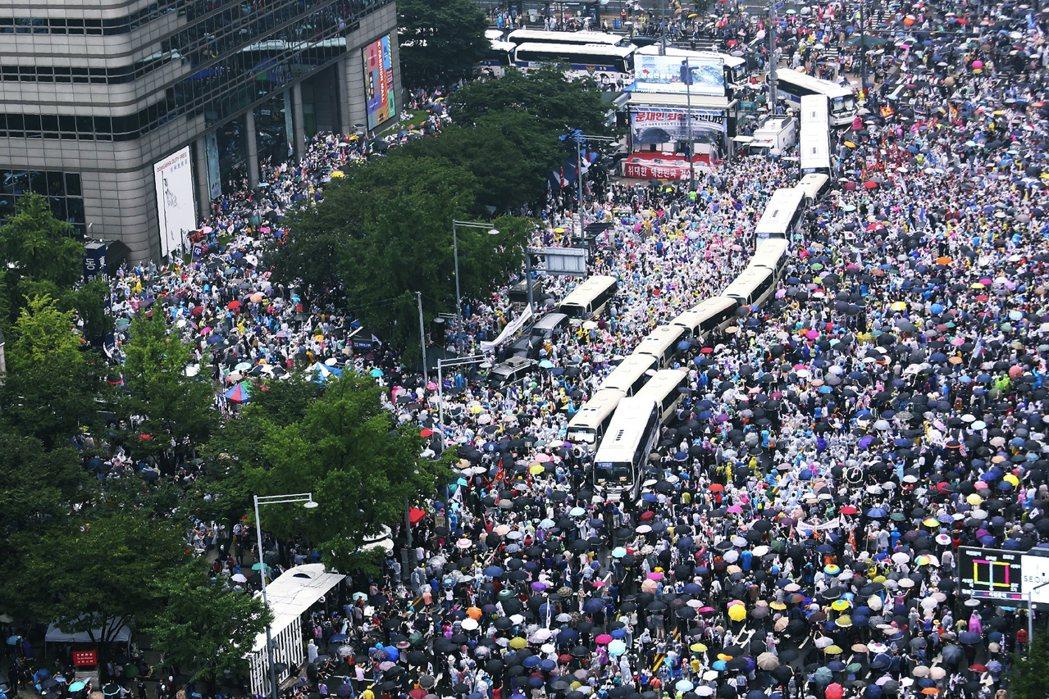 由極右派牧師全光焄領導的首爾市「關愛第一教會」,因屢次與政府「槓上」,強行舉行室...