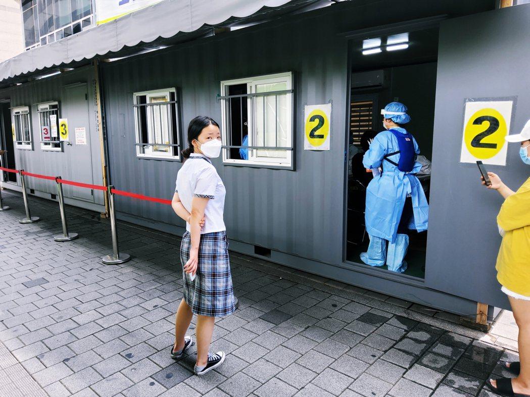 圖為首爾市城北區保健所的檢疫站,在關愛第一教會爆發感染潮後,前來檢驗的市民明顯增...