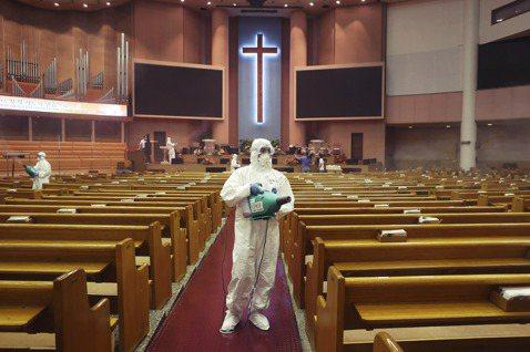 圖為檢疫人員進入關愛第一教會。目前仍有550名信徒聯繫不上,防疫破口能否在黃金時...