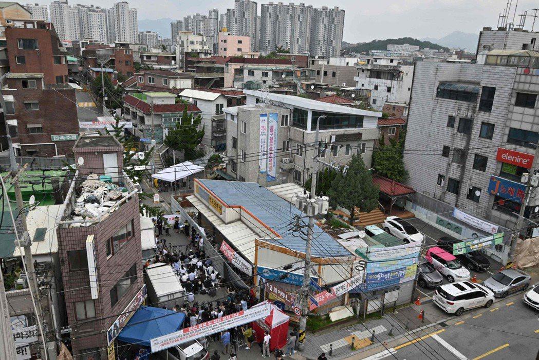 「我們不相信病毒擴散,這是具政治性的反擊。」圖為首爾市城北區長位洞的「關愛第一教...