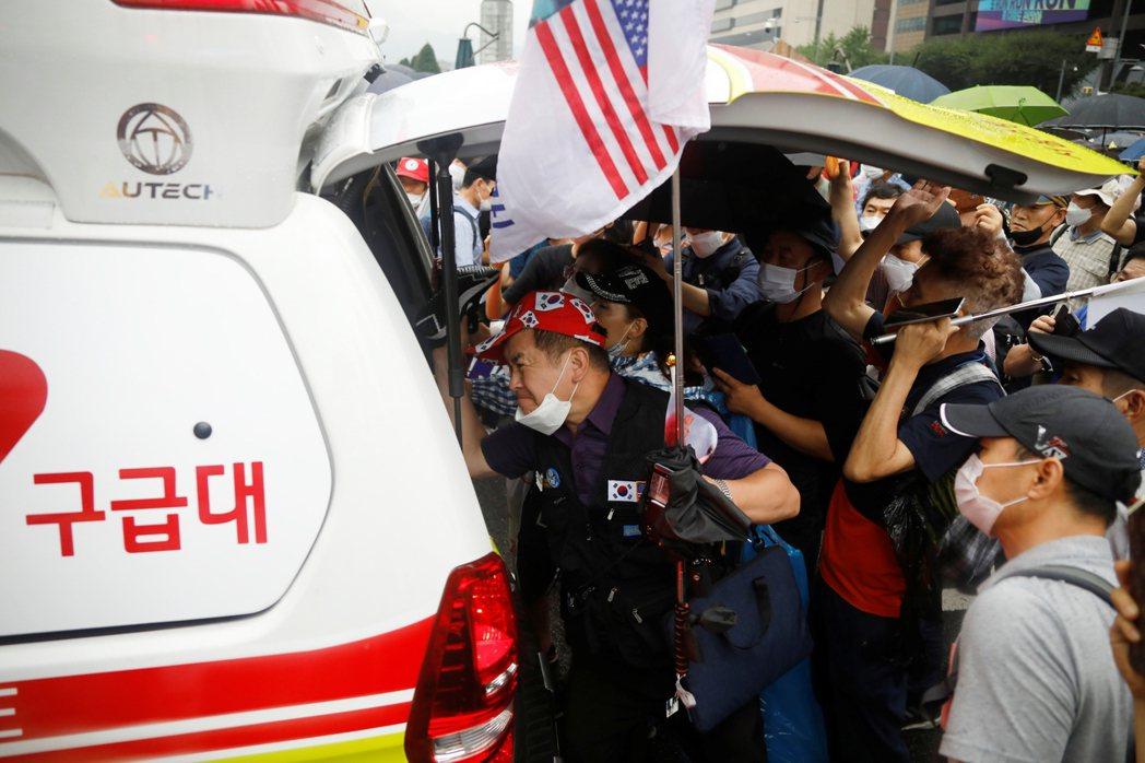 近期在光化門附近,也有發生若干民眾追打和干擾醫護人員的事件。 圖/路透社