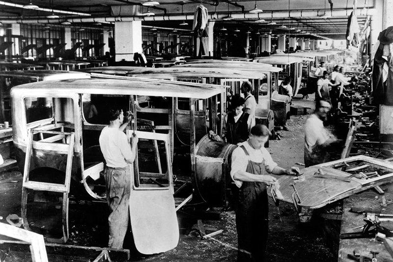 在兩次世界大戰之間,是美國往「汽車之國」邁進的早期警訊。圖為1920年底特律的造車工廠。 圖/美聯社