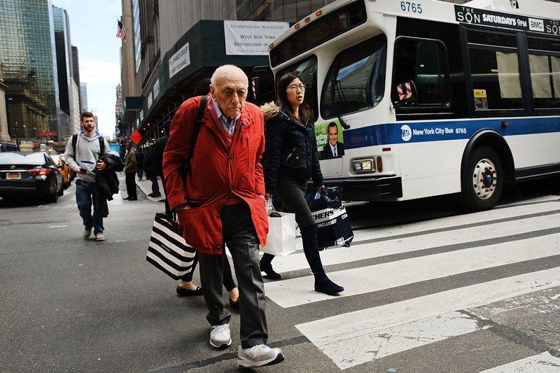 老年人口比例增加的城市亟需打造步行環境,讓不便駕車的高齡者生活更加獨立自由。 圖/法新社