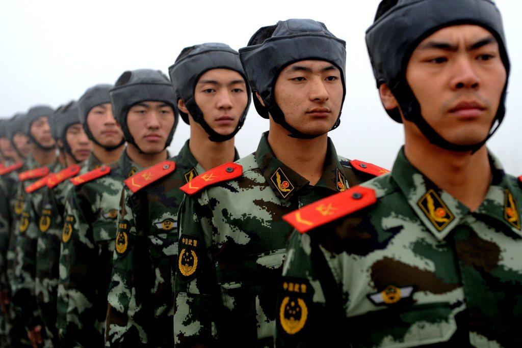 據說,武警學校學員及部隊見習軍官紅色肩章起初的設計動機也是為了辟邪。 圖/新華社