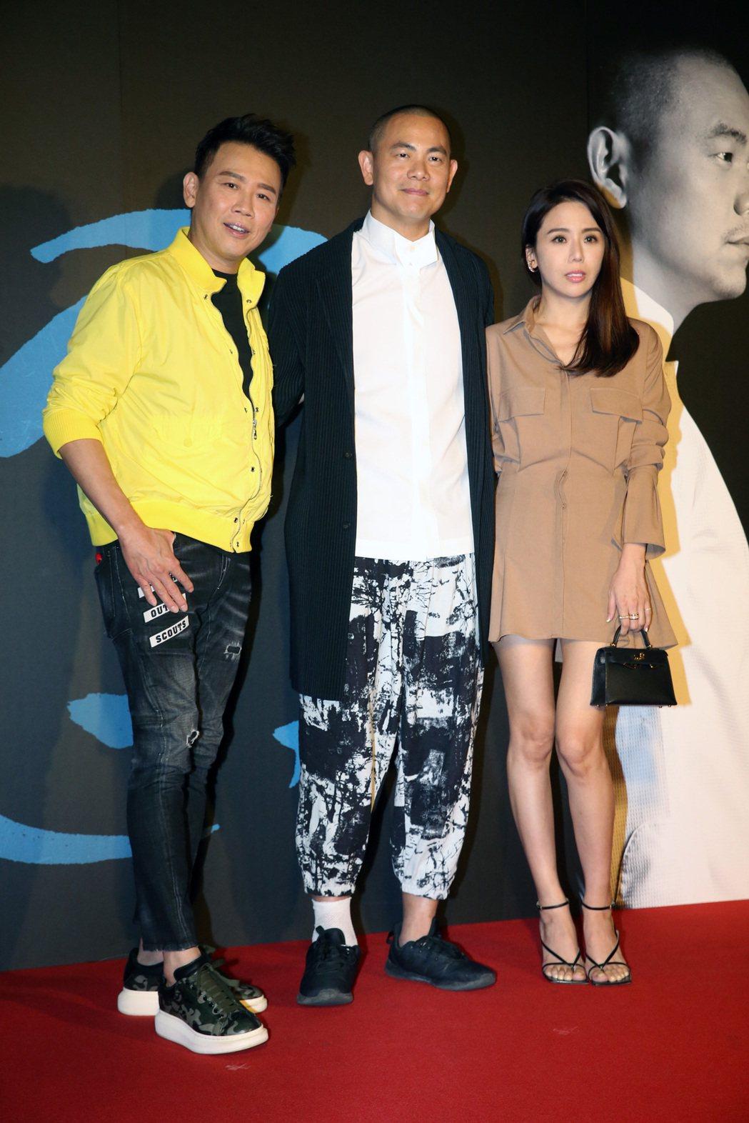 紀錄電影《初心》舉行首映會,米其林名廚江振誠(中)、金曲歌王陶喆(左)夫婦出席。...