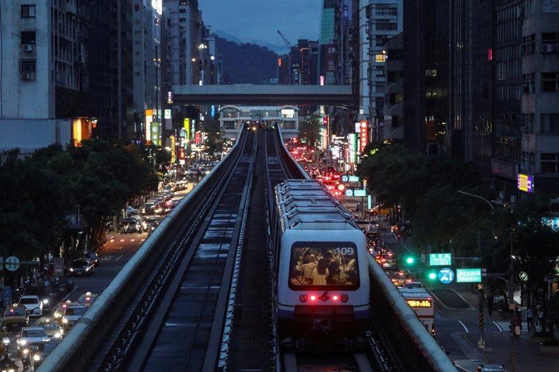 台灣城市已具備充分的住商密度,欲讓步行更蔚為風潮、讓交通更以人為本,最該改善的正是街道佈局。 圖/路透社