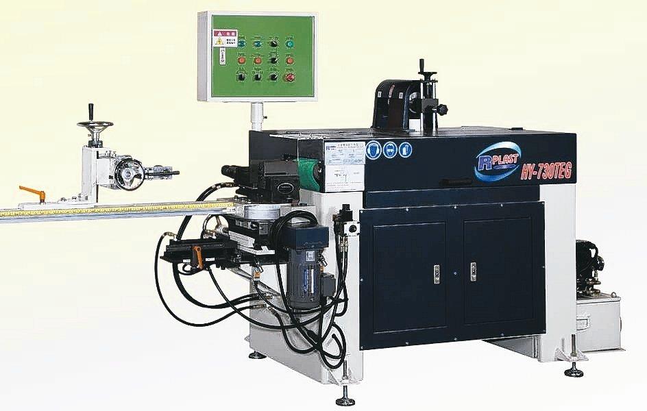 鴻瀅機械研發成功HY-730TEG多角度管口研磨機供應業界。 魯修斌/攝影
