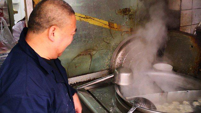 大鍋裡的水餃準備起鍋,熱騰騰的蒸氣讓人食指大動。 梅春帆/攝影