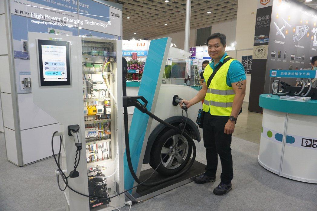 總經理劉嘉舜介紹新產品電動車大功率充電設備。 金萊萊/攝影