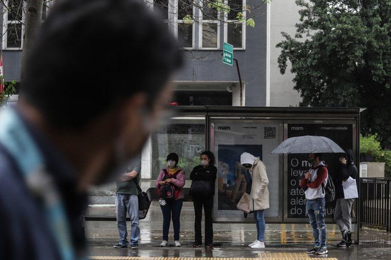 巴西過去24小時內通報4萬7784人染疫、1352人病故,圖為人們在巴西聖保羅的一個公交車站等車。 新華社