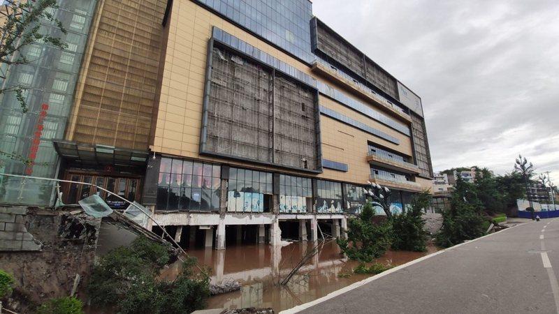 四川近日連降暴雨,宜賓銀龍廣場外突然發生路面大面積塌陷。 圖擷自四川在線