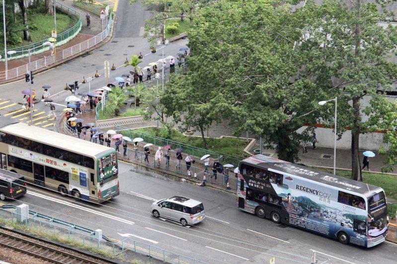 香港解除台風警告,市民陸續出門上班,交通工具一度出現擁擠情況。圖/香港中通社