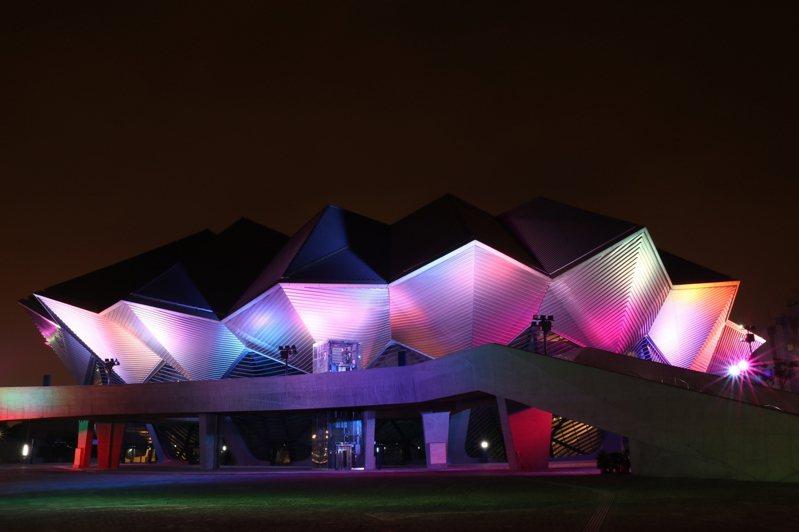 台北流行音樂中心夜晚幻化七彩光芒。圖/北流提供