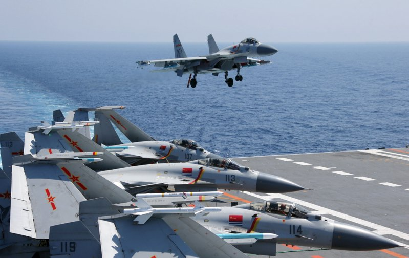 圖為大陸航空母艦遼寧艦殲—15艦載戰鬥機早前進行訓練化麵。新華社