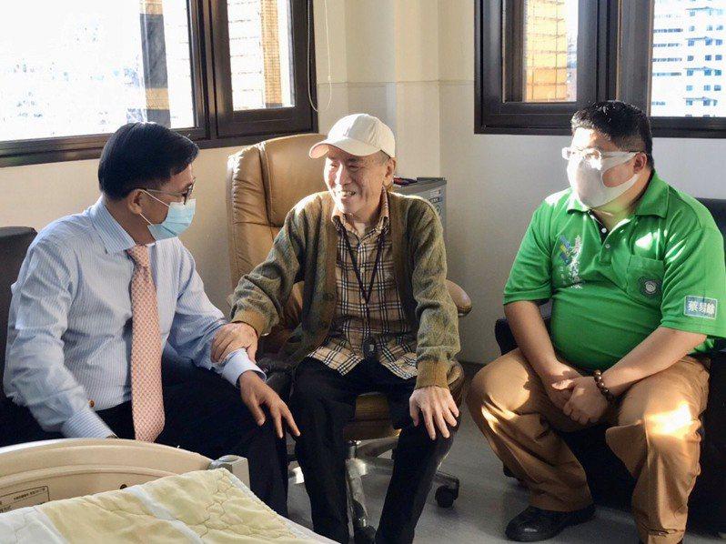 前總統陳水扁(左)日前到醫院探望前立委蔡啟芳(中)。圖/取自陳致中臉書