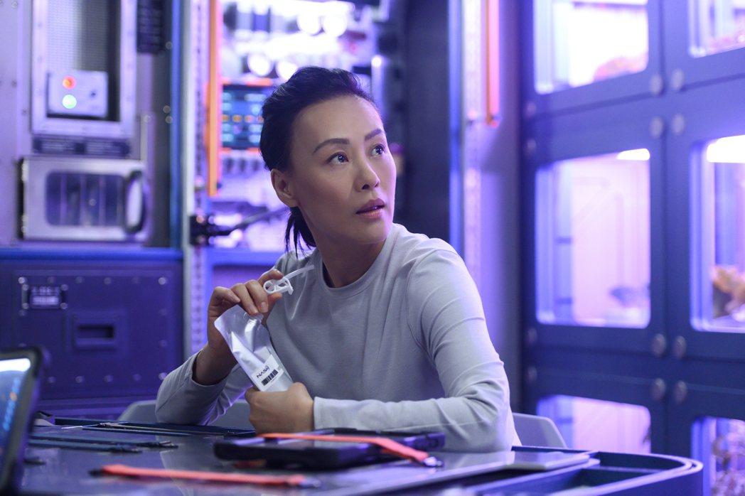 鄔君梅暫時不當「太后甄嬛」,在最新美劇「遠漂」裡飾演太空人。圖/Netflix提