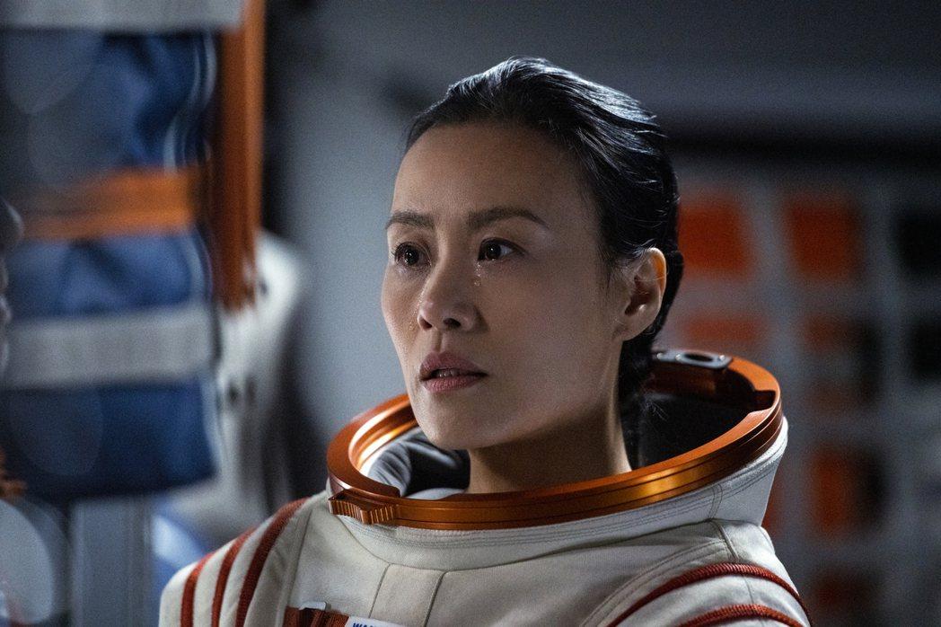 鄔君梅暫時不當「太后甄嬛」,在最新美劇「遠漂」裡飾演太空人。圖/Netflix提...