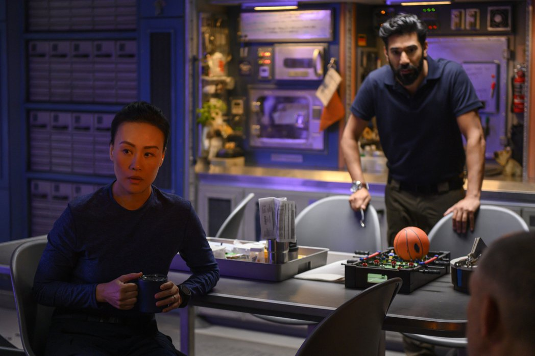 鄔君梅(左)暫時不當「太后甄嬛」,在最新美劇「遠漂」裡飾演太空人。圖/Netfl...
