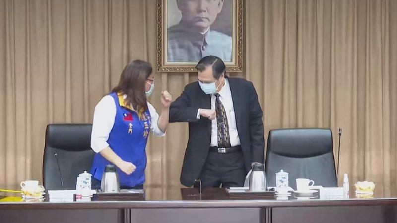 國民黨立委陳玉珍赴陸委會考察,與主委陳明通碰手肘打招呼。記者龔盈全/攝影