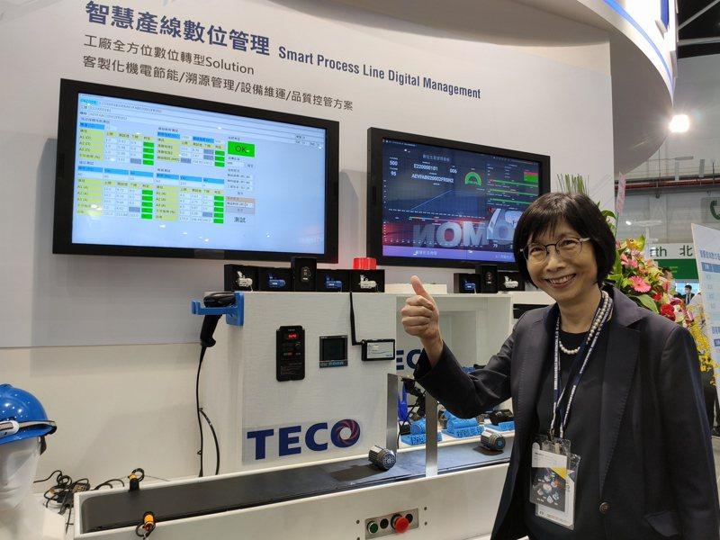 實現智慧工廠,東元董事長邱純枝展示解決方案助攻傳統工廠智慧化。  記者張義宮/攝影
