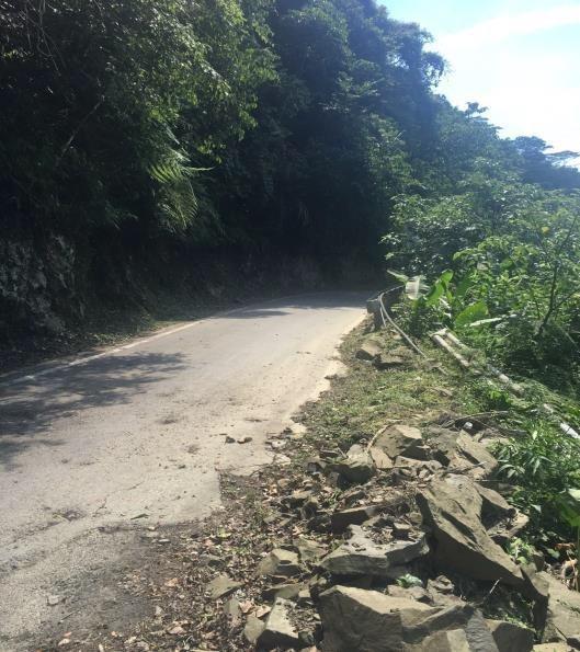 竹62線部分路段出現邊坡滑石將一併清理,還用路人安全的道路通行環境。圖/縣府提供