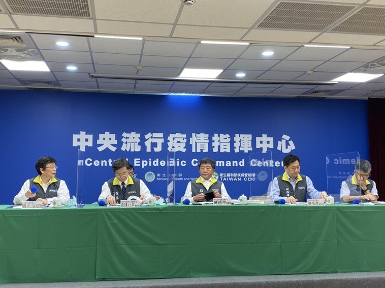 中央流行疫情指揮中心記者會,第一排由左到右中央流行疫情指揮中心疫情監測組組長周志...
