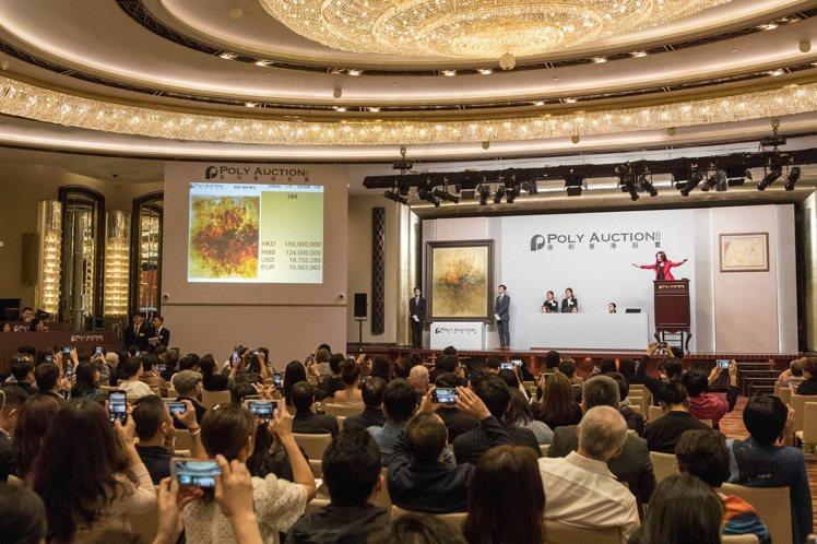 保利香港現當代藝術拍賣畫面。圖/富藝斯提供