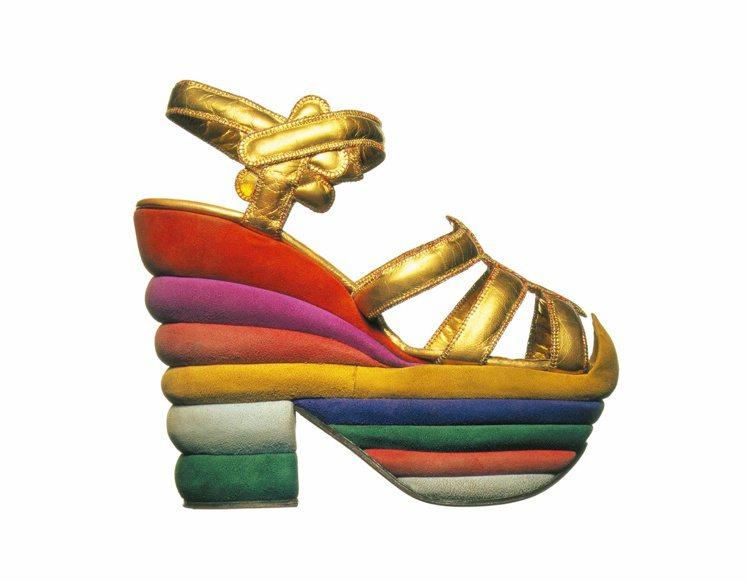 1938年Ferragamo先生為巨星茱蒂嘉蘭所打造的「彩虹楔形鞋」。圖/Sal...
