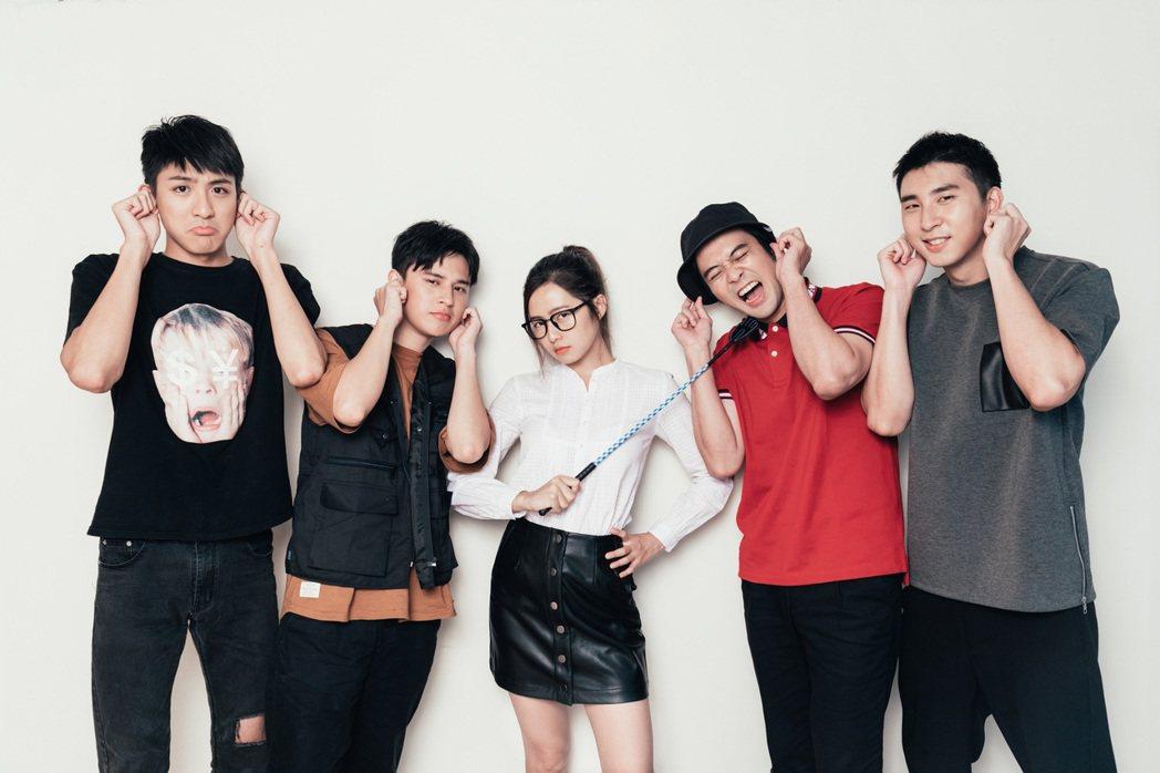簡廷芮(中)化身麻辣助教,教導同公司的男星胡釋安(右起)、顏毓麟、傅顯皓、吳子豪