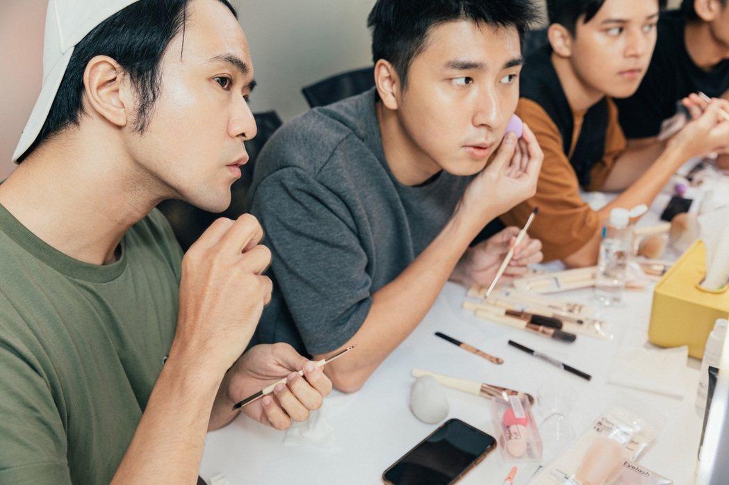 顏毓麟(左起)、胡釋安、傅顯皓學化妝。圖/藝和創藝提供