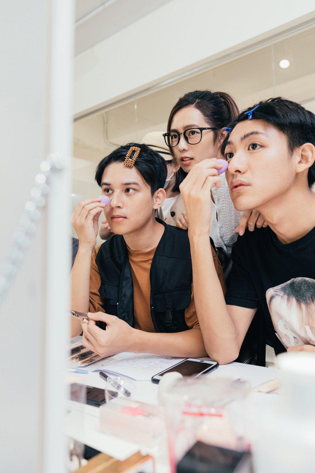 簡廷芮(後)教傅顯皓(前左)、吳子豪化妝。圖/藝和創藝提供