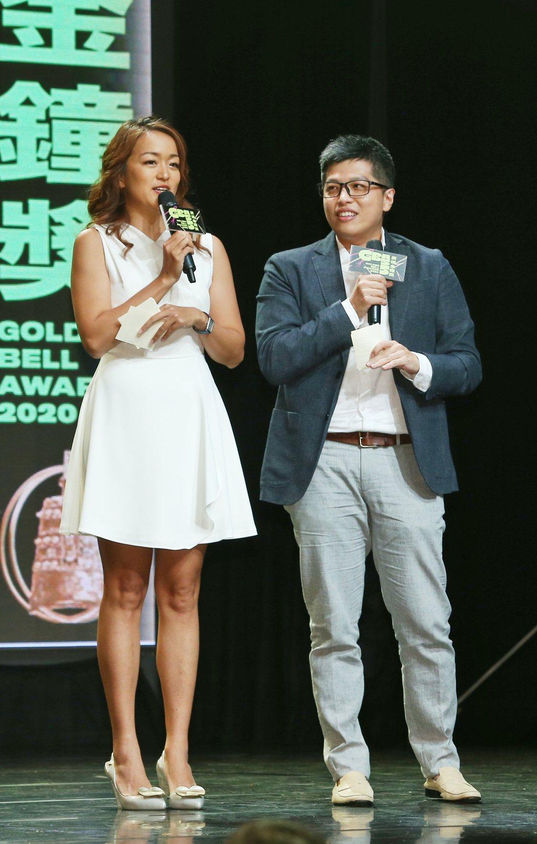 百靈果NEWS主持人KEN(右)和凱莉公布入圍「笑」果不斷。記者曾原信/攝影