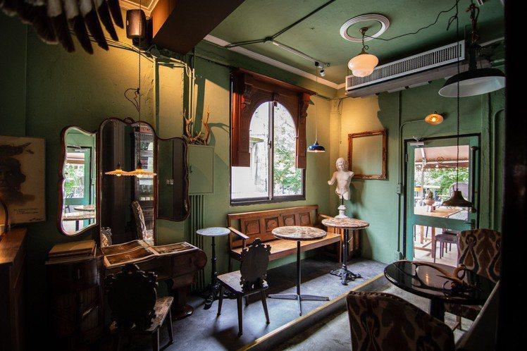融合各式老件、古董收藏的二樓,入夜後搖身一變「台北煉瓦蒸溜所」小酒吧,氣氛滿點。...
