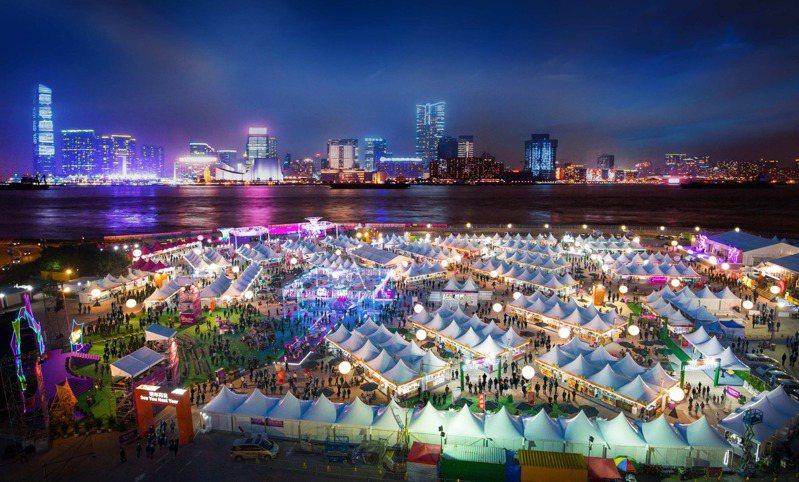 鑑於新冠肺炎仍有諸多不確定性,香港旅遊發展局今(19)日宣佈,今年「香港美酒佳餚巡禮」將首次採線上形式進行。圖為2018年舉辦的場景。 圖/香港旅遊發展局提供