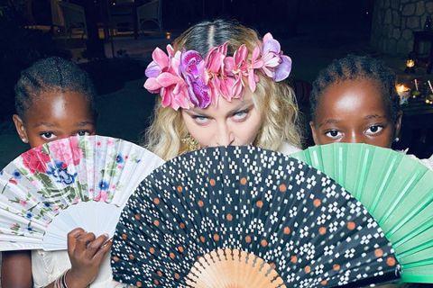 永遠的樂壇女王瑪丹娜,就算曾被傳染新冠肺炎,依舊活力不減、率性自我。她堅持要飛到牙買加慶祝62歲生日,哪怕經紀人老友考量疫情、婉拒邀請,她仍照計畫前往,且和親生女兒蘿德絲、養子大衛等開心共度。全球新...