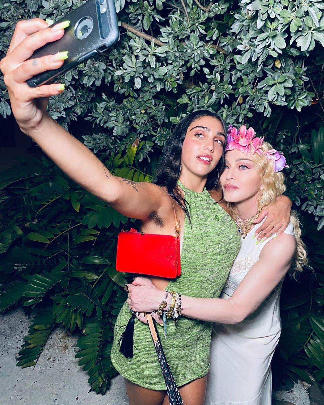 蘿德絲(左)與母親瑪丹娜開心自拍。圖/摘自Instagram