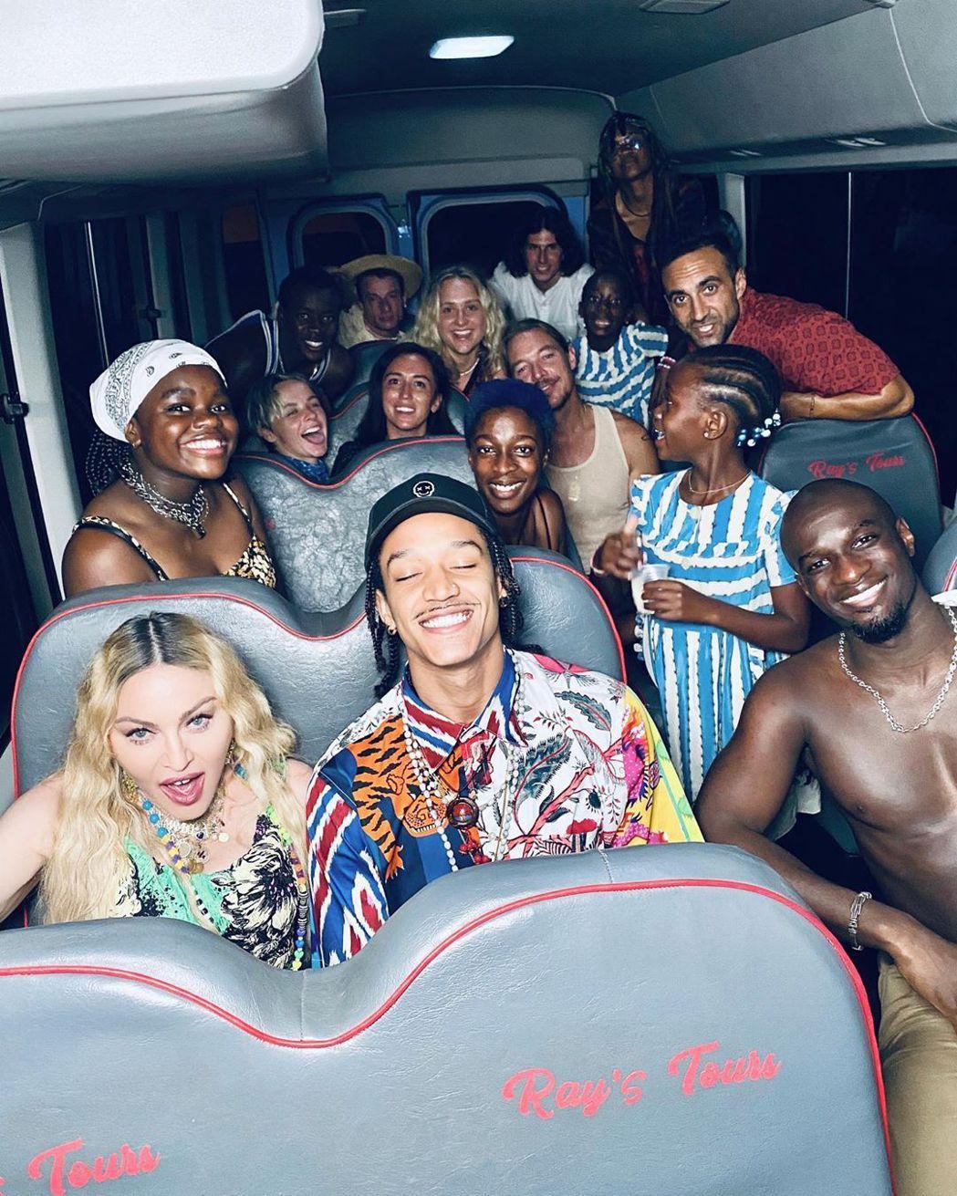 瑪丹娜(前排左)帶著一堆親友到牙買加慶生。圖/摘自Instagram