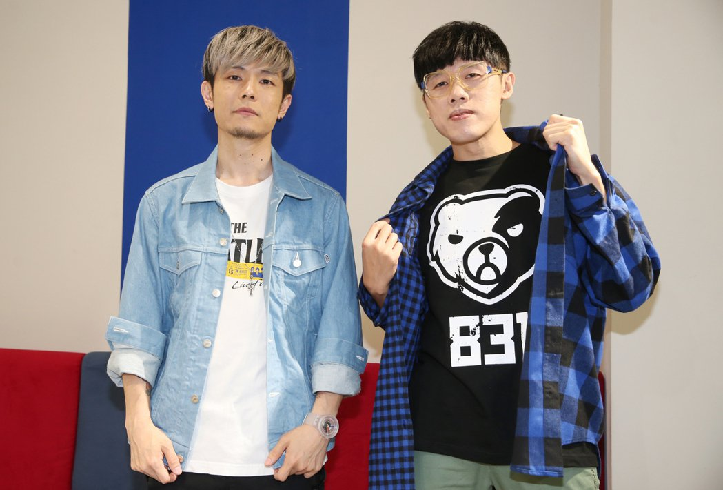 八三夭鼓手阿電(左)跟吉他手劉逼興趣相投。記者曾學仁/攝影