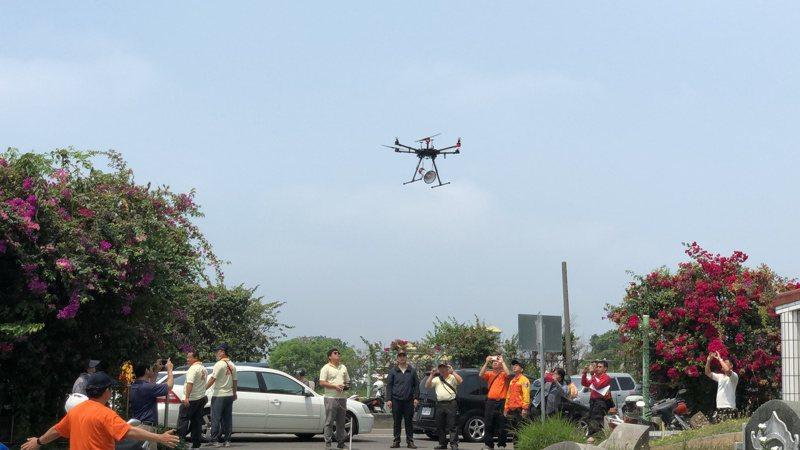 南市消防局打造無人機訓練中心啟用,圖為無人機搭載廣播設備,協助救援 。圖/聯合報系資料照片
