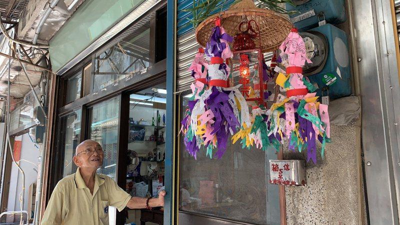 高齡95歲的雲林北港工藝師魏幼謙,每年在農曆鬼門開前動手做普度平安燈,農曆7月1日這天高掛在家門口1個月,農曆8月1日才會將燈取下。記者陳苡葳/攝影