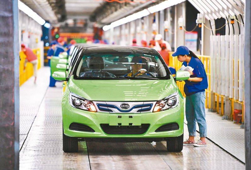 大陸新能源汽車產銷穩步增長。(新華社)
