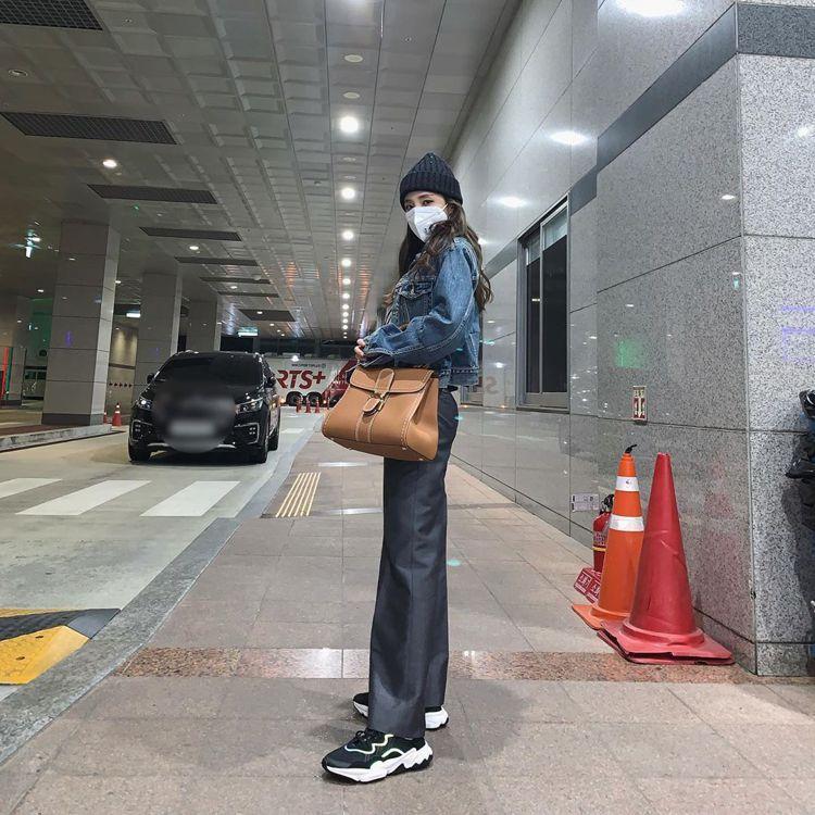 Dara選用Brillant茶色牛皮滾邊縫線中型手提肩背包,21萬8,600元。...