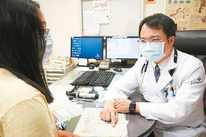 C肝治癒率高,且健保給付,聯新國際醫院腸胃肝膽科主任徐偉倫(右)呼籲民眾踴躍接受篩檢與治療。圖/聯新國際醫院提供
