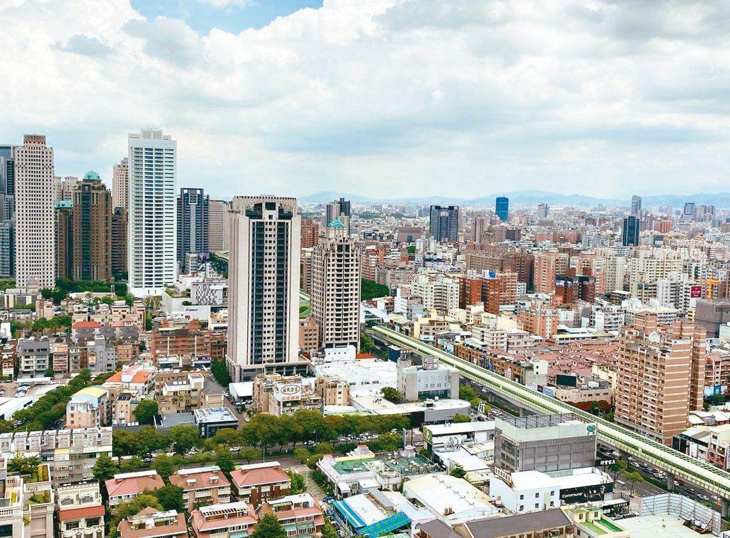 許多人買房都喜歡視野遼闊,有網友就在8樓跟12樓之間考慮許久,除了視野以外,灑水...